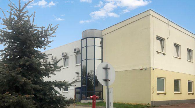 na zdjęciu front budynku we Wrocławiu, w którym znajdują się oferowane na wynajem lokale biurowe