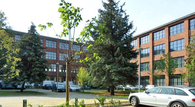 widok z zewnątrz na budynek we Wrocławiu, w którym znajduje się oferowany do wynajmu lokal