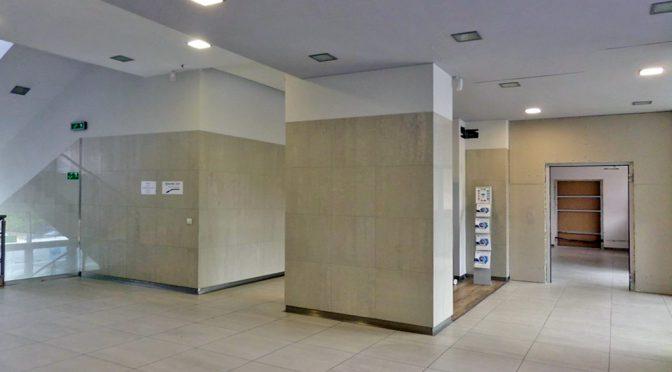 przestronny hol przed luksusowym lokalem biurowym do wynajmu we Wrocławiu