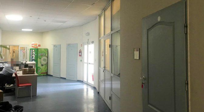 korytarz prowadzący do luksusowego lokalu biurowego na wynajem we Wrocławiu