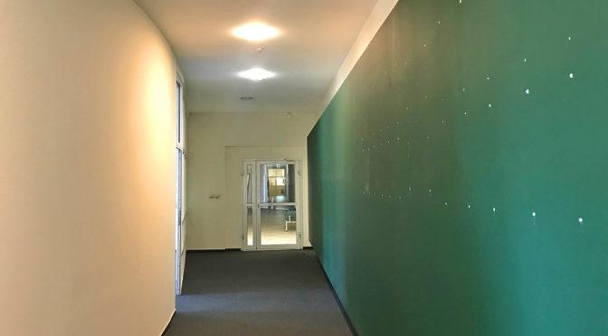 korytarz prowadzący do lokalu biurowego na wynajem we Wrocławiu Fabryczna