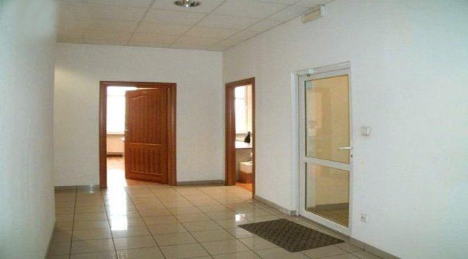 korytarz prowadzący do lokalu biurowego do wynajmu Wrocław
