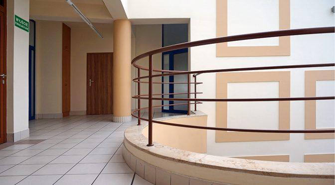 hol w biurowcu, w którym znajduje się oferowany na wynajem lokal biurowy do wynajmu Wrocław