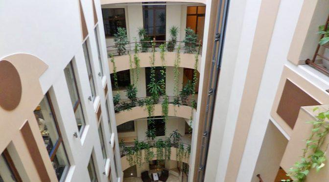 prestiżowa klatka schodowa prowadząca do lokalu biurowego na wynajem Wrocław