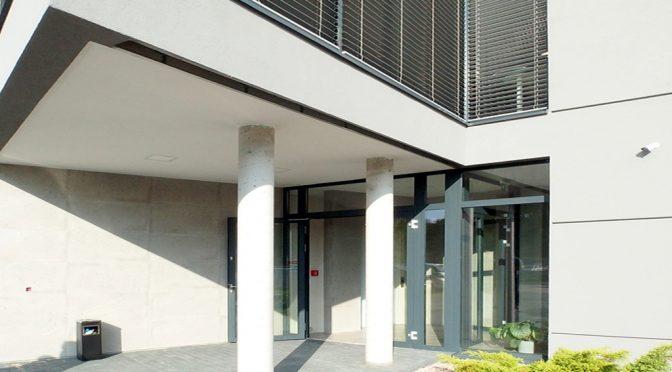 prestiżowe wejście do budynku, w którym znajduje się oferowany na wynajem lokal biurowy Wrocław