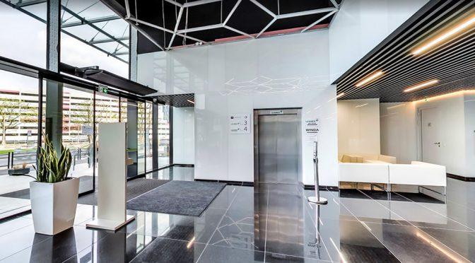 elitarne lobby w biurowcu, gdzie mieści się oferowany na wynajem lokal biurowy Wrocław Fabryczna